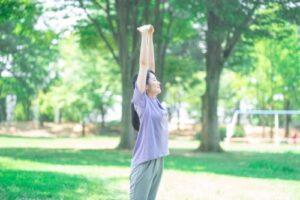 公園でストレッチングをする女性