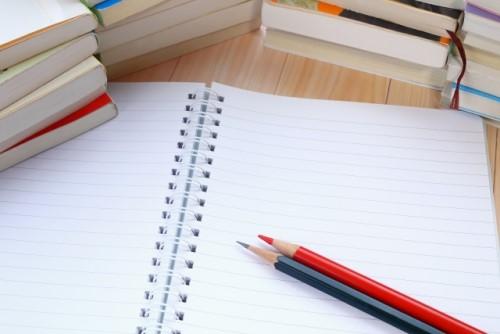 机の上に勉強本・ノート・鉛筆が置いてある