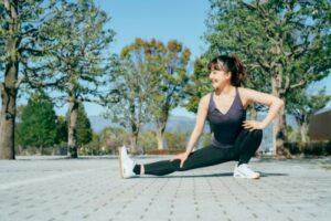 公園で準備運動をする女性