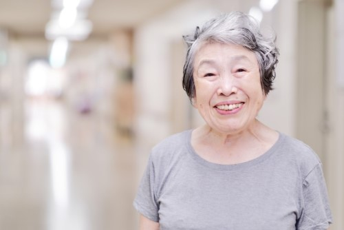 幸せそうな満面の笑みをしている高齢者の女性