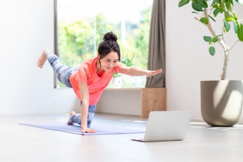 自宅でオンラインパーソナルトレーニングを受けている女性