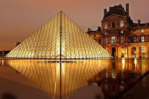 ライトアップされたルーブル美術館のピラミッド