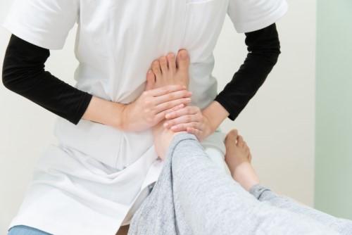 足首のけがをリハビリをするセラピスト