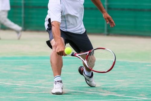 テニスのショットをする男性アスリート