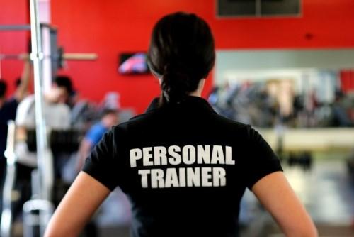 トレーニングジムにいる女性のパーソナルトレーナー